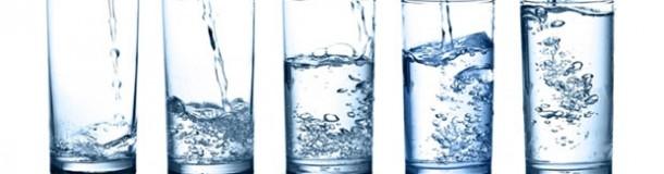 Copos com água
